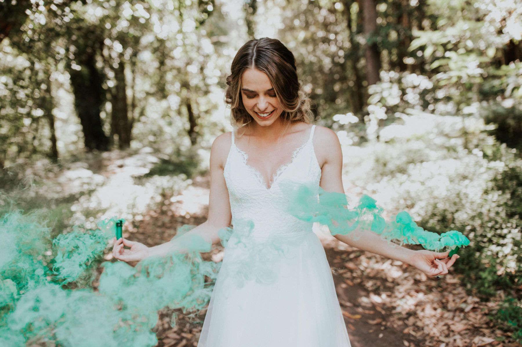fumaça colorida para a saída dos noivos