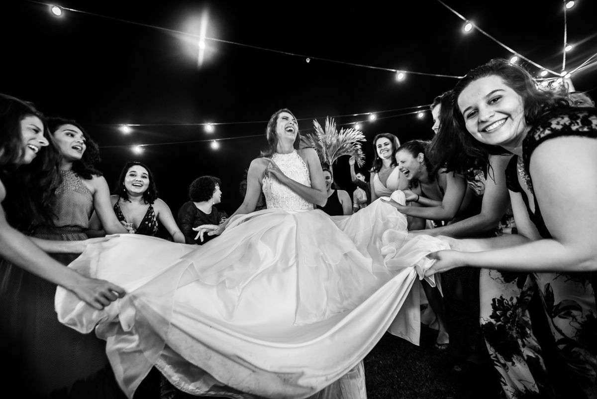 noiva rodando o vestido na festa